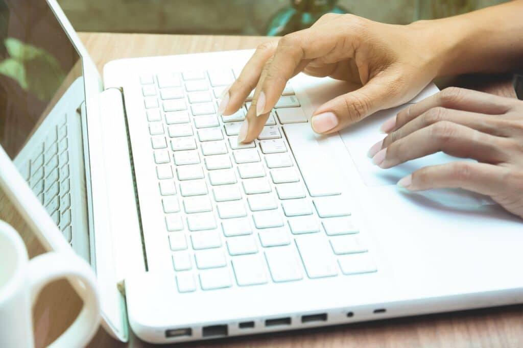 chica haciendo marketing online